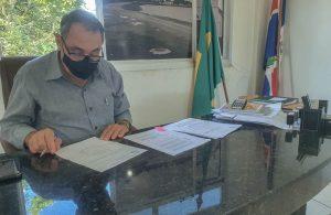 Prefeito de Lagoa Formosa assina protocolo para obtenção de vacina contra Covid-19
