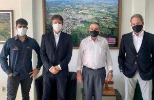 O prefeito Edson Machado – Didi recebe visita dos representantes da Rede Vitoriosa de Comunicação